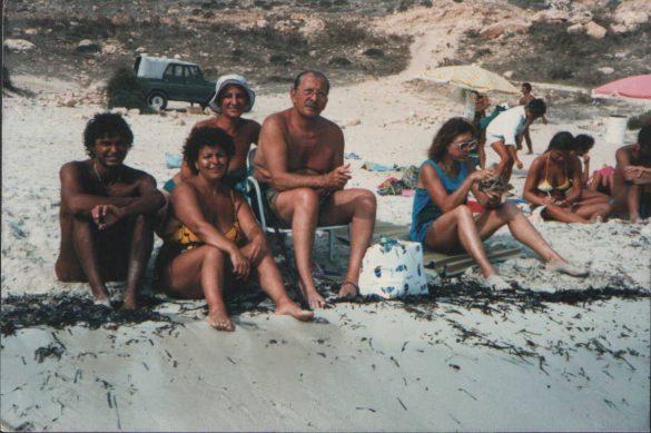 Domenico Modugno insieme ad alcuni turisti all'Isola dei Conigli (Foto degli anni 80 di Marco Bartolucci)