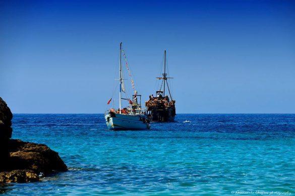 """Lampedusa: la barca """"Regina del Mare"""" e la barca """"Adriana"""" di fronte a Cala Croce - Foto di Giancarlo Bogoni per Lampedusainfoto"""